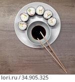 Домашние маки-суши (роллы) с крабовыми палочками, соевый соус и палочки. Японская кухня. Стоковое фото, фотограф Ирина Борсученко / Фотобанк Лори