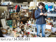 Female is visiting the market of old things and shopping outdoors. Стоковое фото, фотограф Яков Филимонов / Фотобанк Лори