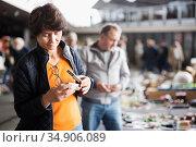 Woman are choosing jewelry box at the market. Стоковое фото, фотограф Яков Филимонов / Фотобанк Лори