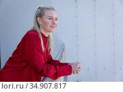 Businesswoman leaning on railing in balcony at modern office. Стоковое фото, агентство Wavebreak Media / Фотобанк Лори