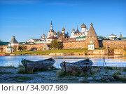Соловецкий монастырь и старые лодки на берегу. Стоковое фото, фотограф Baturina Yuliya / Фотобанк Лори