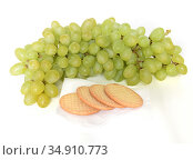Sultana, white (pale green), oval seedless grape variety also called the sultanina, Thompson Seedless (United States), Lady de Coverly (England), and oval-fruited Kishmish, and biscuits. Стоковое фото, фотограф Валерия Попова / Фотобанк Лори
