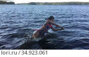 Preteen girl jumping high from water and falling plop into the water, slow motion view. Forest lake. Стоковое видео, видеограф Кекяляйнен Андрей / Фотобанк Лори