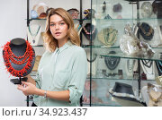 Woman demonstrating natural coral necklace. Стоковое фото, фотограф Яков Филимонов / Фотобанк Лори