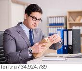 Businessman receiving parcel in the office. Стоковое фото, фотограф Elnur / Фотобанк Лори