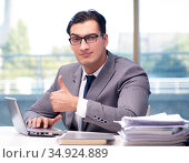 The businessman working in the office. Стоковое фото, фотограф Elnur / Фотобанк Лори