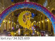 Новогодние и рождественские украшения в галереях ГУМа. Тигренок сидит на месяце под радугой. (2019 год). Редакционное фото, фотограф Сергей Рыбин / Фотобанк Лори