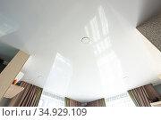 Классический белый глянцевый потолок со встроенными точечными светильниками. Стоковое фото, фотограф Иванов Алексей / Фотобанк Лори