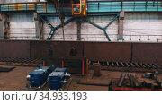 13-08-2020 Russia, Naberezhnye Chelny: plant for the production of lifting cranes - men walking on the metal balks. Редакционное видео, видеограф Константин Шишкин / Фотобанк Лори