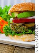 Vegetarian hamburger with soybean cutlet, tomato, avocado and lettuce. Стоковое фото, фотограф Яков Филимонов / Фотобанк Лори