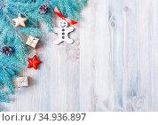 Новогодний фон. New Year and Christmas background. Christmas toys, blue fir tree branches on the wooden background. New Year still life. Стоковое фото, фотограф Зезелина Марина / Фотобанк Лори