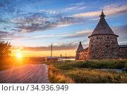Каменные башни Соловецкого монастыря и солнце. Стоковое фото, фотограф Baturina Yuliya / Фотобанк Лори
