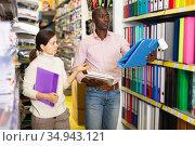 Couple choosing stationery at store. Стоковое фото, фотограф Яков Филимонов / Фотобанк Лори