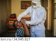 A Palestinian medic from the Infection Control Committee, collects... Стоковое фото, фотограф Mahmoud Khattab / INA Photo Agency / age Fotostock / Фотобанк Лори