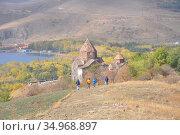 Люди идут к монастырю Севанаванк. Армения (2016 год). Редакционное фото, фотограф Мартынов Антон / Фотобанк Лори