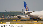 United Airlines Boeing 747 airliner taxiing to runway for departure (2017 год). Редакционное видео, видеограф Игорь Жоров / Фотобанк Лори