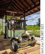 Vintage Car in front of the Appleton Estate Rum Factory, Nassau Valley... Редакционное фото, фотограф Karol Kozlowski / age Fotostock / Фотобанк Лори