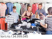 People of different ages at the clearance sale store. Стоковое фото, фотограф Яков Филимонов / Фотобанк Лори