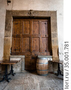 Old tables, wooden barrel and large wooden shutters on a marble wall in Arezzo, Italy (2018 год). Стоковое фото, фотограф Сергей Фролов / Фотобанк Лори