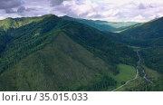Полет над лесистыми горами Алтая. Стоковое видео, видеограф Beerkoff / Фотобанк Лори
