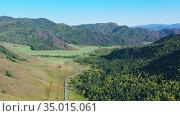 Полет над дорогой в горах Алтая. Стоковое видео, видеограф Beerkoff / Фотобанк Лори