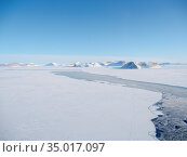Sea ice with icebergs in the Baffin Bay, between Kullorsuaq and Upernavik... Стоковое фото, фотограф Martin Zwick / age Fotostock / Фотобанк Лори