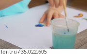 hands of little girl paints cloud with blue color. Стоковое видео, видеограф Syda Productions / Фотобанк Лори
