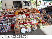 A lot of different herbs and Turkish delights are on the counter at the farmer market in city. A wide array of choices is on sale in large bazaar. Alanya, Turkey (2020 год). Редакционное фото, фотограф Кекяляйнен Андрей / Фотобанк Лори