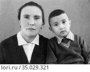 Семейный портрет матери и сына татарской национальности, 1960-е. Редакционное фото, фотограф Мария Кылосова / Фотобанк Лори