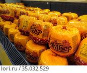 Сыр на прилавке магазина. Редакционное фото, фотограф Юлия Юриева / Фотобанк Лори