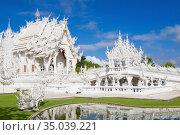 У футуристического буддистского храма Wat Rong Khun (Белый храм)  солнечным днем. Чианг Рай, Таиланд (2018 год). Стоковое фото, фотограф Виктор Карасев / Фотобанк Лори