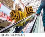 """Курьеры службы доставки """"Яндекс.Еда""""  поднимаются на эскалаторе. Редакционное фото, фотограф Вячеслав Палес / Фотобанк Лори"""