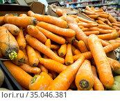 Свежая морковь на прилавке супермаркета. Стоковое фото, фотограф Вячеслав Палес / Фотобанк Лори