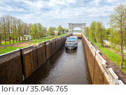 Cruise ship in Uglich shipping lock (2019 год). Редакционное фото, фотограф Юлия Бабкина / Фотобанк Лори