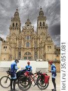 Pilgrims of Camino de Santiago in the Cathedral in Obradoiro square... Редакционное фото, фотограф Luis Davilla / age Fotostock / Фотобанк Лори