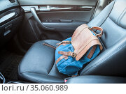 Handbag lying on front passenger seat of car, nobody. Стоковое фото, фотограф Кекяляйнен Андрей / Фотобанк Лори