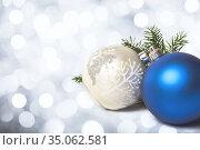 Two Christmas balls. Стоковое фото, фотограф Юлия Бабкина / Фотобанк Лори