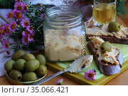 Brunost cheese with black bread and olives. Стоковое фото, фотограф Марина Володько / Фотобанк Лори