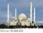Hazrat Sultan Mosque against background of dark clouds in winter. Казахстан. Редакционное фото, фотограф Валерия Попова / Фотобанк Лори