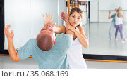 Girl using palm to launch blow in chin during self defence training. Стоковое фото, фотограф Яков Филимонов / Фотобанк Лори