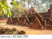 Wall of temple Banteay Srei (2013 год). Стоковое фото, фотограф Юлия Бабкина / Фотобанк Лори