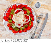 Fresh tomatoes with green pesto sauce and onions. Стоковое фото, фотограф Яков Филимонов / Фотобанк Лори