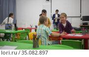 Portrait of happy kids during break in classroom at elementary school. Стоковое видео, видеограф Яков Филимонов / Фотобанк Лори