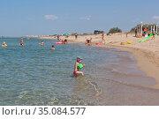 Люди купаются в прозрачной воде Чёрного моря у курортного посёлка Витино Сакского района, Крым (2020 год). Редакционное фото, фотограф Николай Мухорин / Фотобанк Лори