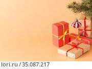 Поздравление с Новым годом и Рождеством. Коробки с подарками под елкой. Стоковое фото, фотограф Наталья Гармашева / Фотобанк Лори