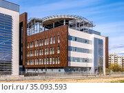 Warsaw, Mazovia / Poland - 2020/04/18: Newly developed wing of Southern... Редакционное фото, фотограф bialorucki bernard / age Fotostock / Фотобанк Лори