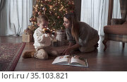 Mom and son read a book. Стоковое видео, видеограф Потийко Сергей / Фотобанк Лори