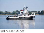 Towboat on the Kama river in Perm Krai, Russia (2020 год). Редакционное фото, фотограф Евгений Харитонов / Фотобанк Лори
