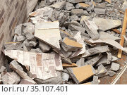 Сonstruction debris with pieces of cement, concrete and wallpaper on the floor during an apartment repairs. Стоковое фото, фотограф Георгий Дзюра / Фотобанк Лори