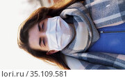 woman wearing protective medical mask in winter. Стоковое видео, видеограф Syda Productions / Фотобанк Лори